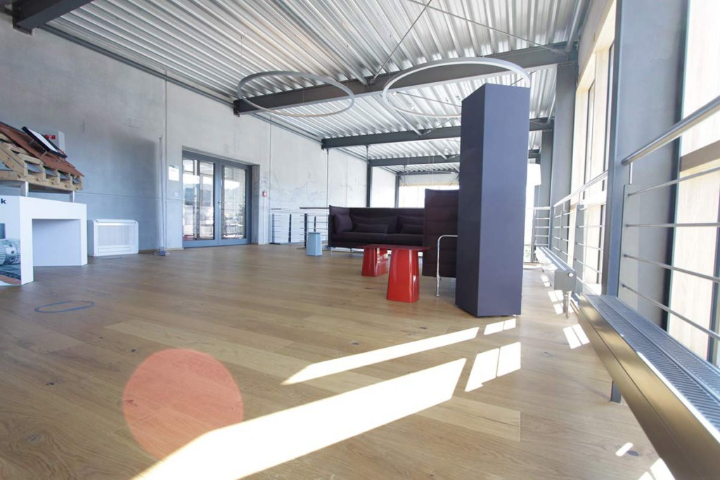 Melaminschaum, Melaminharzschaum - FSK, Stuttgart, Raumakustik-Ausstellungsraum - schallabsorbierende Quader, Bauakusitk mit Melaminharzschaum