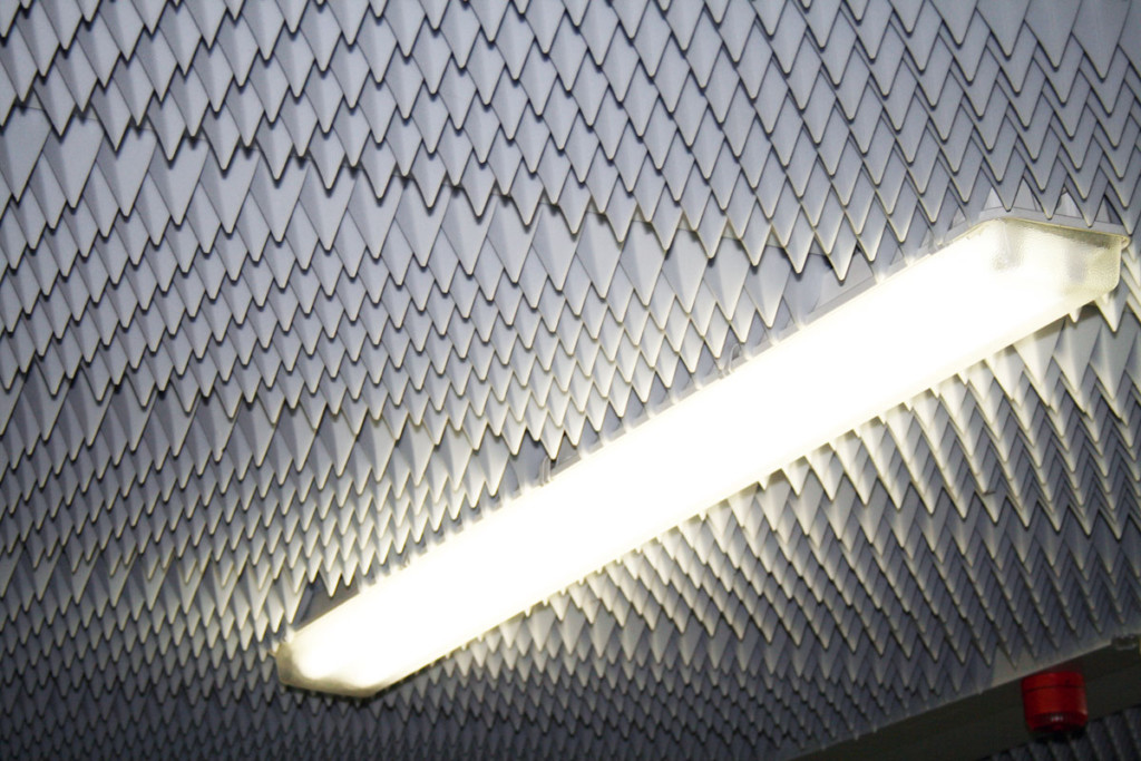 Absorber, Lärm, Pyramide, Noppenschaum,Melaminharzschaum - FSK, Stuttgart, - Pyramidenabsorber-Produktionshalle - Decke, Bauakusitk mit Melaminharzschaum