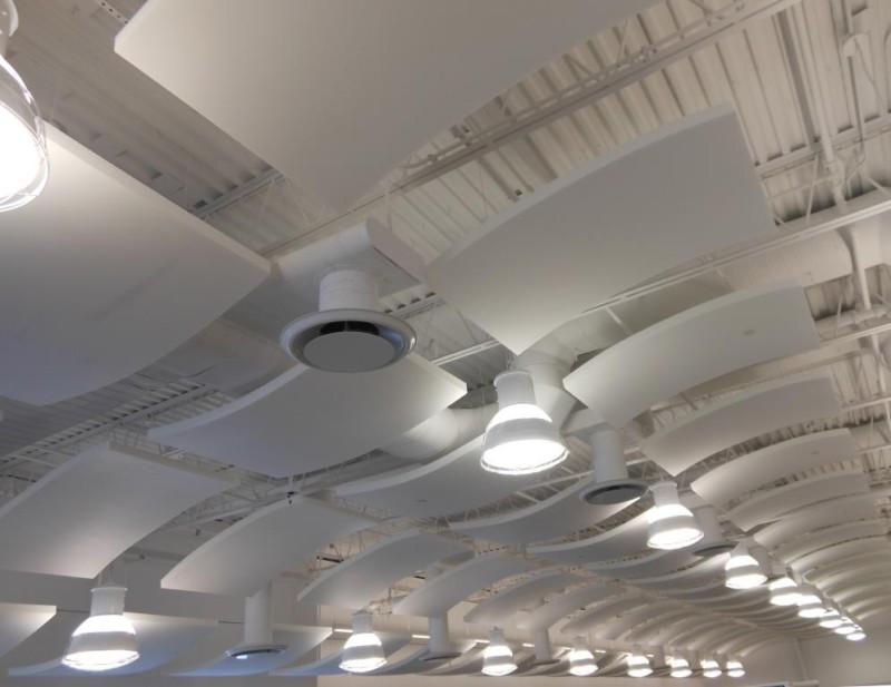 Akustische Deckenelemente als Dekor-Highlight, Melaminharzschaumstoff - FSK, Stuttgart, Deckenabsorber Whisperwave Ceiling Clouds - Deckenbeleuchtung, Bauakusitk mit Melaminharzschaum